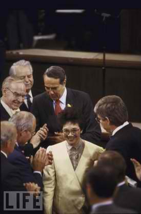 Si Cory Aquino nang magsalita sa Kongreso ng Estados Unidos ng Amerika noong September 1986.  Ayon sa Ispiker ng Kamara Tip O'Neill, ito raw ang pinakamagandang talumpati na narinig niya sa Kongreso.  Pinalakpakan siya doon ng ilang munto.  Naging dangal ng bayan sa ibang bansa ang ating pangulo.  Mula sa LIFE.