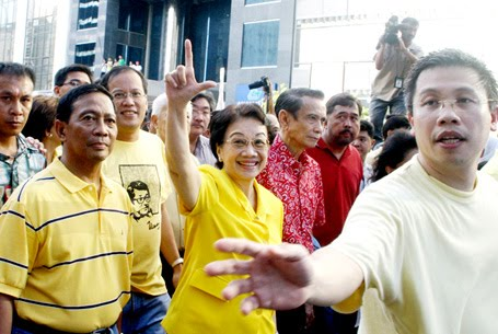 Citizen Cory never stopped defending the kind of democracy she knew.  With Jojo Binay, Noynoy Aquino, Tito Guingona and Rafael Lopa at Ayala Avenue.