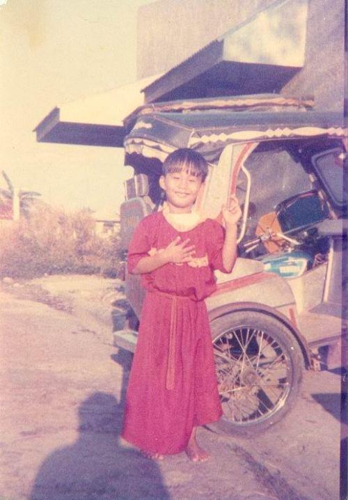 Si Xiao Chua nakasuot ng barong pula noong ipinapanata sa Poong Nazareno ng kanyang inang si Vilma Chua tuwing Biyernes upang mailayo sa kamatayan.  Mula sa Sinupang Xiao Chua.