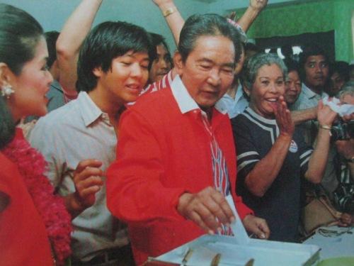 Si Pangulong Marcos at ang kanyang mga anak habang bumoboto sa Ilocos Norte noong snap presidential elections ng 1986.  Mula sa Bayan Ko!