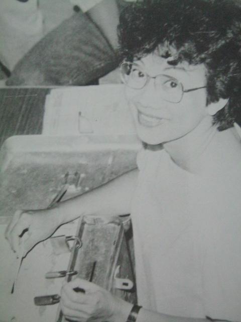 Si Cory Aquino habang bumoboto sa Tarlac noong snap presidential elections ng 1986.  Mula sa Nine Letters.