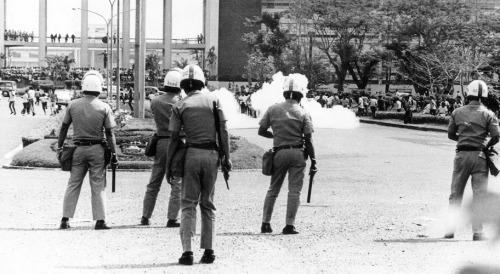 Mga tagpo ng konprontasyon sa pagitan ng mga pulis at raliyista noong Diliman Commune sa kampus ng Unibersidad ng Pilipinas, February 1, 1970.  Mula kay Susan Quimpo.