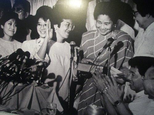 Napangiti si Cory Aquino sa pagtatapos ng kanyang panunumpa sa katapatan niya bilang pangulo sa Club Filipino, February 25, 1986.  Kuha ni Kim Komenich