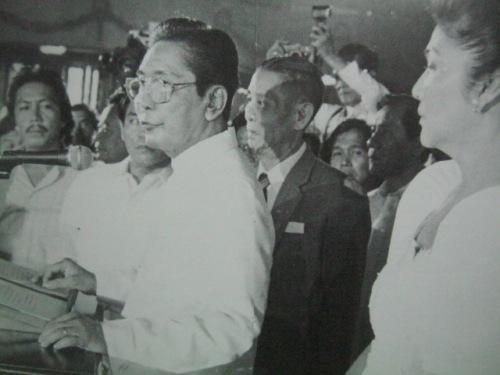 Matapos ang kanyang panumumpa ng katapatan sa panunungkulan, binigkas ni Pangulong Marcos ang kanyang talumpating pampasinaya sa kanilang huling araw sa palasyo, February 25, 1986.  Mula sa Breakaway.