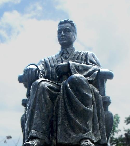 Bantayog kay José Abad Santos sa Kapitolyo ng Pampanga.