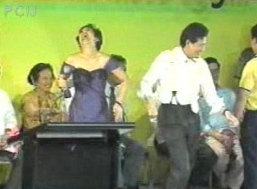 Ang pamosong pagsasayaw ni frank Chavez, kumandidatong senador.  Mula sa Papogi ng PCIJ.