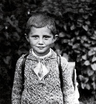 09 Isinilang siyang si Joseph Alois Ratzinger noong April 16, 1927 sa Bavaria, Germany