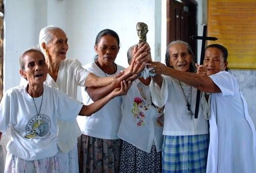 Ang Samahang Sagrada Familia ng Calamba, Laguna sa pangunguna ni Nanay Gloria Bibat.  Kuha ni Dennis Villegas.