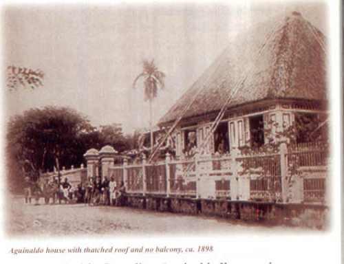 Ito ang bahay ng mga Aguinaldo noong 1898, bintana, walang balkonahe.  Mula sa Tahanan ng Kasarinlan.