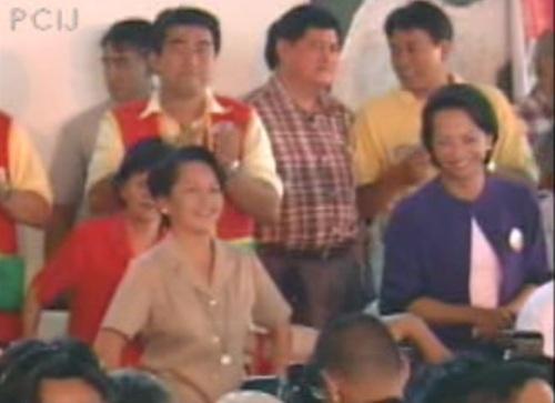 Ang pamosong sayaw ni Pangulong Gloria Arroyo at ng kanyang alter ego na si Tita Glow.  Mula sa Papogi ng PCIJ.