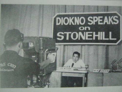 Si Diokno sumasagot sa telebisyon ukol sa isyung Stonehill na ikinasibak niya sa pwesto.  Mula sa Kasaysayan:  The Story of the Filipino People.