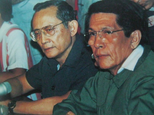 Ang pagtiwalag nina Ramos at Enrile sa Camp Aguinaldo, February 22, 1986.   Mula sa Bayan Ko!