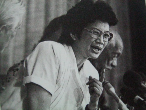 Cool:  Si Cory Aquino sa isang Press Conference.  Mula sa Kasaysayan:  The Story of the Filipino People.