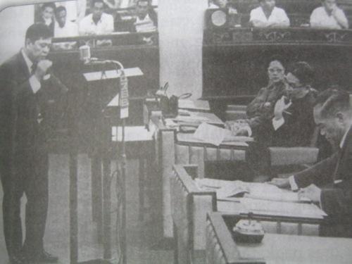 Si Diokno sa Senado.  Mula sa biyograpiya ni Diokno na isinulat ni Bernardo Noceda Sepeda.