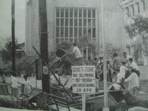 Ang pagbarikada sa Palma Hall o AS Bldg,  Mula kay Susan Quimpo.
