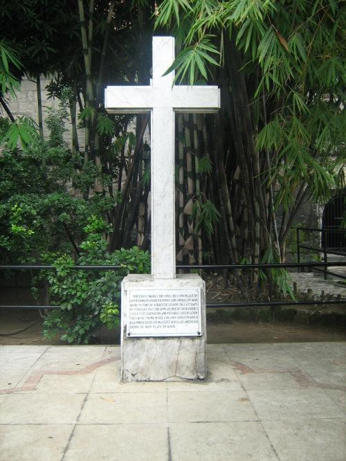 Ang marmol na krus na tanda na ito ang huling hantungan ng 600 mga sundalo na natagpuang patay sa lugar na iyan.  Luha ni Xiao Chua.
