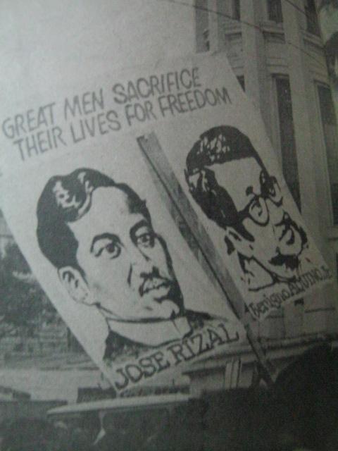 Ang paralelismo na ibinigay ng bayan:  Si Jose Rizal at Ninoy Aquino.  Mula sa Mr. & Ms. Special edition.