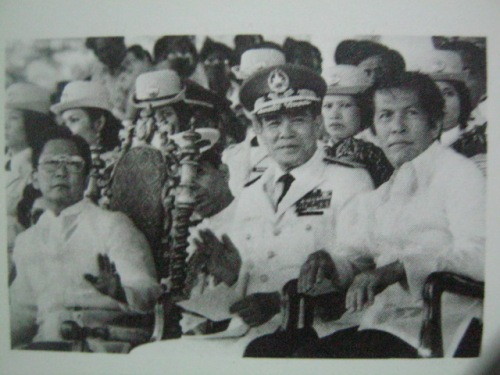 Happier times:  Pangulong Marcos, Chief of Staff Fabian Ver, Enrile.  Mula sa Bayan Ko!