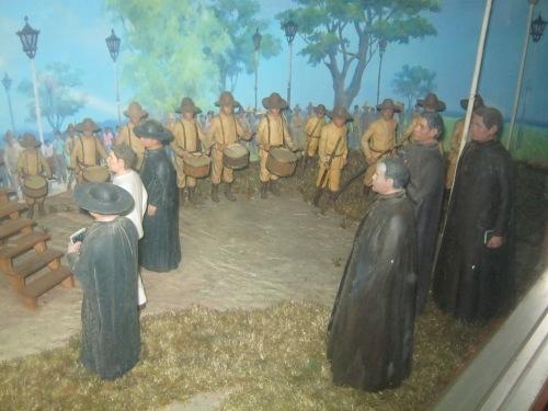 Isang diorama ng Gomburza na tumutungo sa kanilang kamatayan.  Kuha ni Xiao Chua sa Burgos Museum, Vigan, ilocos Norte.