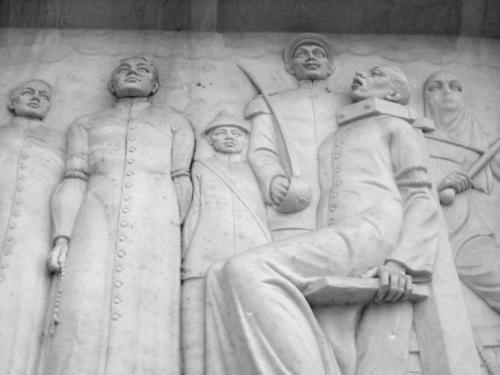 Paggarote sa tatlong paring martir.  Isang bas relief sa Quezon Memorial Monument sa Lungsod ng Quezon.  Kuha ni Xiao Chua.