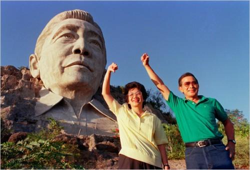 Si Cory Aquino at Doy Laurel sa harapan ng busto ni Marcos sa Pugo, La Union.