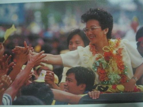 Si Cory Aquino sa kampanya.  Mula sa Bayan Ko!