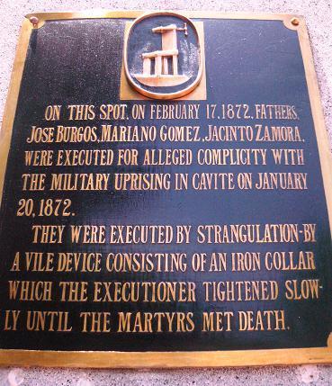 Ang marker na Ingles sa obelisk ng sayt ng paggarote sa GomBurZa na nagsasabing pagsakal at mabagal ang pagkitil ng buhay sa garrote.