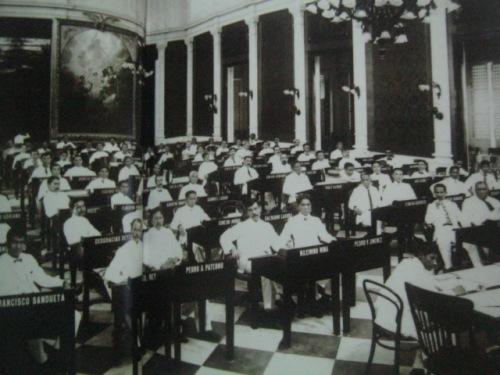 Ang unang Philippine Assembly sa Ayuntamiento, 1907.  Mula sa Kasaysayan:  The Story of the Filipino People.