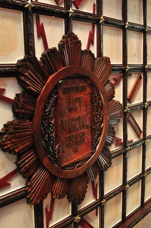 Ang disenyong araw na may walong sinag na nagpapakita ng mga pangalan ng walong lalawigan na pinatawan ng Batas Militar noong Himagsikang 1896.