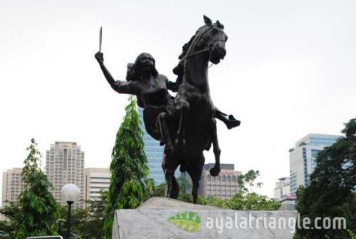 Monumento ni Gabriela Silang sa Makati.  Mula sa Ayala Triangle.