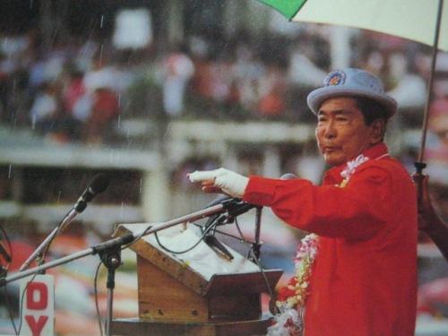 Si Pangulong Marcos. balit ng benda, binubuhat sa kampanya pero astig pa rin.  Mula sa Bayan Ko!