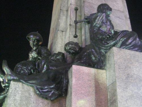 Paggarote sa tatlong paring martir.  Detalye ng monumento ni Gat Andres Bonifacio sa Caloocan na nilikha ni Guillermo Tolentino.  Kuha ni Xiao Chua.