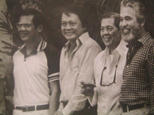 Si Pepe Diokno kasama ang mga nakasama sa kulungan tulad nina Ninoy Aquino, Napoleon Rama at Ramon Mitra.  Mula sa Testament from a Prison Cell.