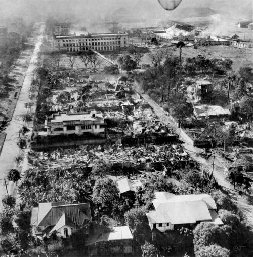 Ang pagkawasak ng Maynila, makikita ang De La Salle College at Rizal memorial Stadium sa bandnag itaas ng larawan.  Mula kay Sunny Velasco.
