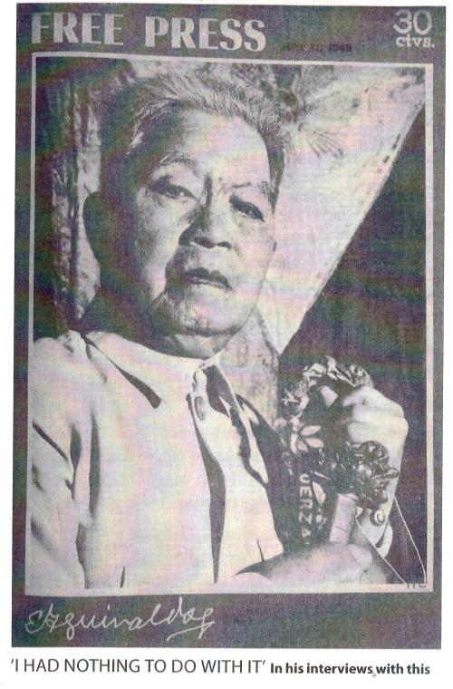 Ang matandang Don Emilio hawak ang kanyang paboritong trophy--ang espada ni Heneral Aguirre.  Sa kanyang tagumpay sa labang iyon siya napatanyag.  Mula sa Philippines Free Press.