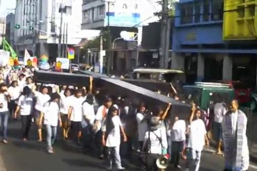 Pagbubuhat ng napakalaking krus.  Kalbaryo ng mga Maralitang Tagalungsod, April 2011, Quiapo.  Kuha ni Xiao Chua.