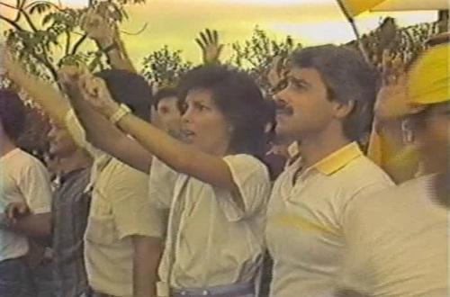 Babaeng nagpapakita krus sa kanyang kamay.  Video grab mula sa People Power:  The Philippine Experience/