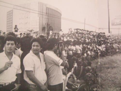 Ang taumbayan sa Ortigas, malapit sa Philippine Overseas Employment Administration, kung nasaan ngayon ang Robinson's Galleria.  Mula sa James Reuter Foundation.