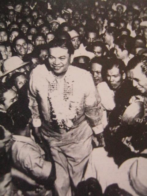 Ramon Magsaysay at ang masa, karaniwang tao.  Mula sa Kasaysayan:  The Story of the Filipino People.