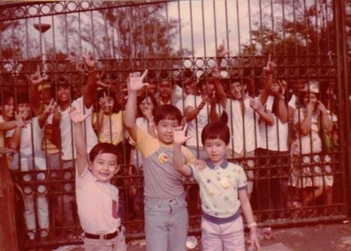Si Guido at mga pinsan sa EDSA.  Mula sa GMA News.