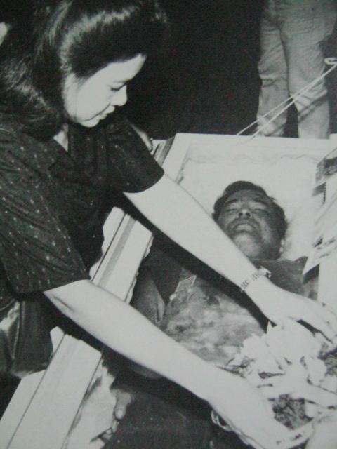 Ang balo ni Gobernador Evelio Javier sa harap ng asawa, ang bayani ng Antique.  Mula sa Bayan Ko!