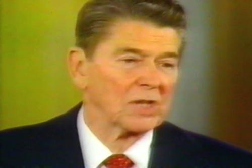 """Si Reagan habang sinasabi na may posibilidad na nandadaya ang dalawang panig """"both sides"""" noong halalang 1986.  Ngunit ito ay tinutulan naman ng mga US observers tulad nina Richard Lugar at John Kerry na sumama.  Mula sa A Dangerous Life."""