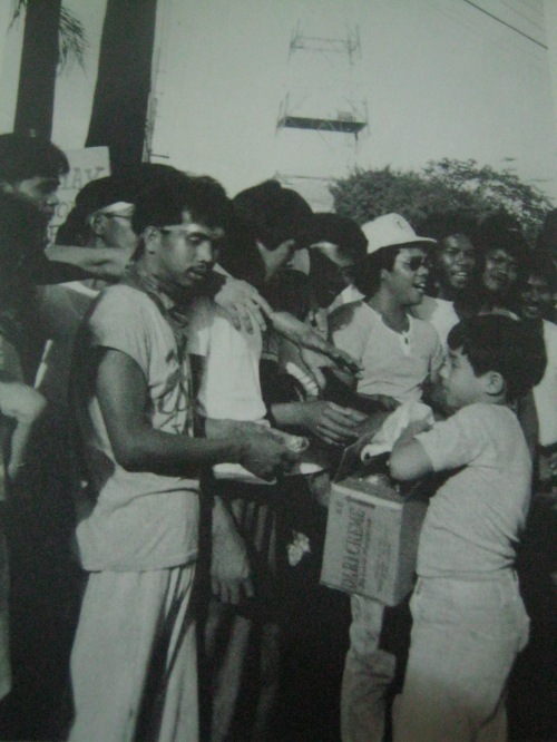 Pamimigay ni Guido ng pagkaian sa EDSA para sa kanyang ika-sampung taong kaarawan.  Mula sa People Power:  An Eyewitness History.