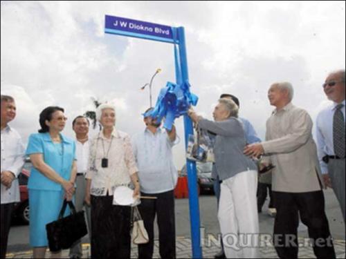 Pagbubukas ng Diokno Blvd kasama si Dona Carmen at si Cory Aquino.  Mula sa Philippine Daily Inquirer.