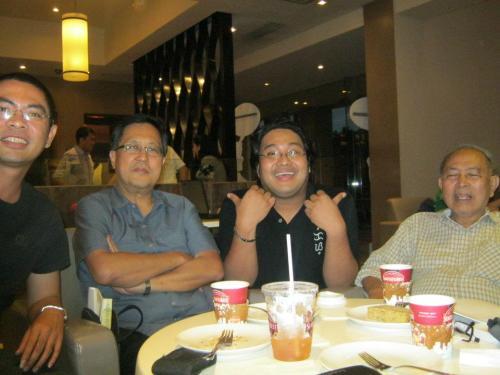 Xiao Chua at Dr. Rey Ileto (pangalawa mula kaliwa), kasama sina Prop. Atoy Navarro at Dr. Zeus Salazar, Kenny Roger's Katipunan.  Kuha ni Dr. Preciosa de Joya.