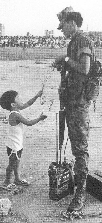 Ang batang nagbibigay ng bulaklak sa sundalo noong Himagsikang EDSA na nailagay sa likuran ng lumang limandaang piso.  Mula sa People Power:  An Eyewitness History.
