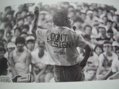 Ang direktor na si Lino Brocka habang suot ang kanyang fashion statement.  Mula sa Kasaysayan:  The Story of the Filipino People.