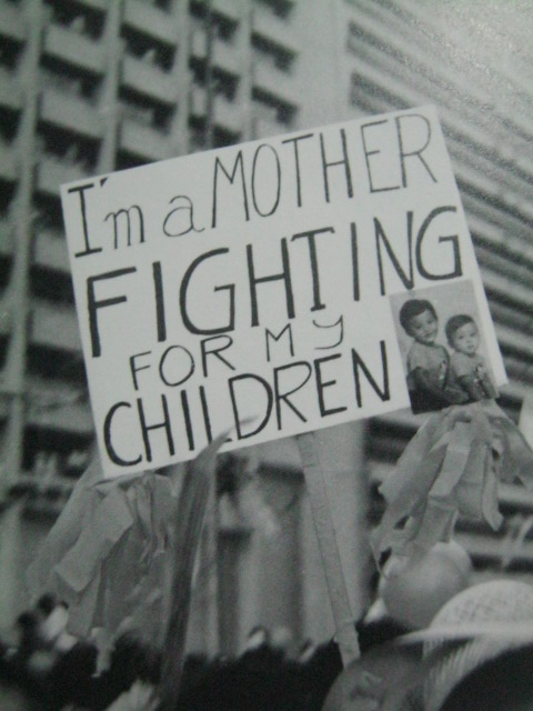 Isang plakard na namamanatang ipaglalaban ang kalayaan para sa kanyang mga anak.  Mula sa People Power:  An Eyewitness History.