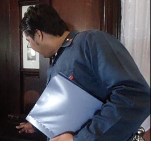 Si Xiao Chua habang minomonstra ang pagbubukas ng kabibe.  Nakuha niya kay Kuya Vener ang teknik na ito.