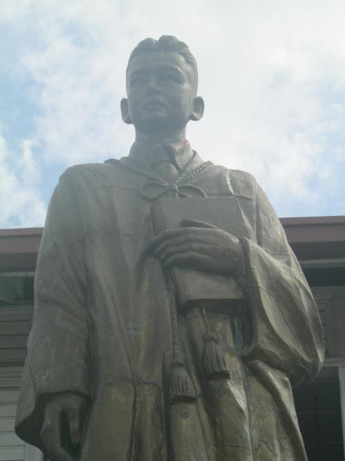 Bantayog kay José Abad Santos sa harapan ng Museo ning Angeles sa Pampanga.  Kuha ni Xiao Chua.